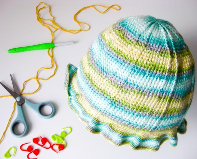 Háčkovaný klobúčik a nožnice - ilustračná fotka k článku Ako určiť správnu veľkosť čiapky