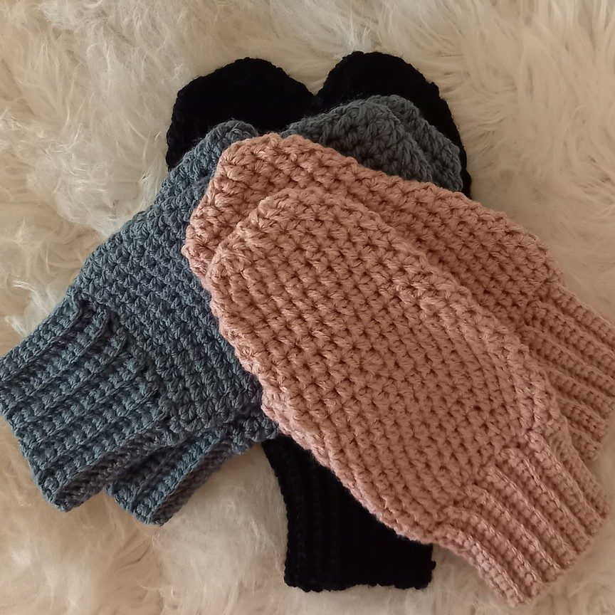 návod na háčkované rukavice - ukážka čiernych, šedých a ružových